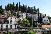 Adige rivier dijk in verona, veneto, italië — Stockfoto