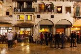 Café na piazza delle erbe na noite, verona, veneto, itália — Foto Stock