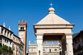 Monument on Piazza delle Erbe in Verona, Veneto, Italy — Stock Photo