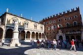 Данте статуя на площади Пьяцца деи Синьори в Вероне, Венето, Италия — Стоковое фото