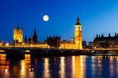 Volle maan boven de big ben en kamer van het parlement, londen, verenigd — Stockfoto
