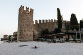 Medieval Castle on the Rocky Beach of Lake Garda in Sirmione, No — Stock Photo