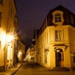 vieille rue de tallinn dans la nuit, Estonie — Photo