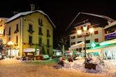 Strada illuminata di megeve alla vigilia di natale, alpi, fran francesi — Foto Stock