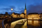 Illuminated Fraumunster Church and River Limmat in Zurich, Switz — Stock Photo