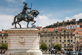 Statue of King Joao I at Figueiroa Square and St. Jorge Castle i — Stock Photo