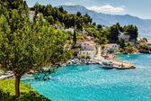 Hermosa bahía mar adriática y la aldea cerca de split, croacia — Foto de Stock