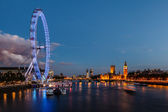 De skyline van londen met westminster bridge en de big ben in de evenin — Stockfoto