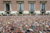 Wet Cobblestone and King Palace Facade in Gamla Stan (Old Town) — Stock Photo