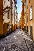 Rua estreita da cidade velha (gamla stan) de estocolmo, suécia — Foto Stock