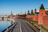 Ver en la pared de kremlin de moscú y el terraplén de río moscú, rusia — Foto de Stock