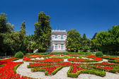 Villa Angiolina With a Beautiful Flowerbed Before an Entrance, O — Stock Photo