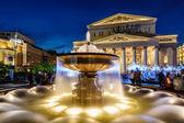 Fuente y bolshoi teatro iluminado en la noche, moscú, r — Foto de Stock