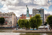 Statue of Liberty on Cygnes Island in Paris, France — Stock Photo