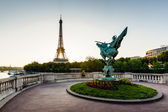 France Reborn Statue on Bir-Hakeim Bridge and Eiffel Tower at Da — Stock Photo
