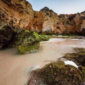 зеленые камни в порто де мос beach в лагос, в алгарве, португалия — Стоковое фото