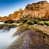 Porto de mos beach lagos, algarve, portekiz için yeşil taş — Stok fotoğraf