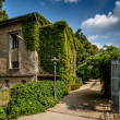 River Spree Embankment and House with Grape Vines, Berlin, Germa — Stock Photo