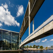 German Chancellery (Bundeskanzleramt) and Bridge over Spree Rive — Stock Photo