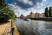 Río spree terraplén y museo de la isla, berlin, alemania — Foto de Stock