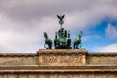 квадрига поверх brandenburger tor (бранденбургские ворота) в b — Стоковое фото