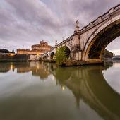 Castello di angelo santo e angelo santo ponte sul fiume tevere — Foto Stock