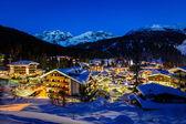 Belysta skidorten madonna di campiglio på morgonen, jag — Stockfoto