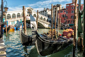 Rialto Bridge with Gondola in Venice — Stock Photo