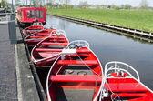 Paesi Bassi - giethoorn - circa aprile 2014: silenziosi barche sono ancorate alla banchina. — Foto Stock