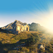 Hut and mountains — Stock Photo