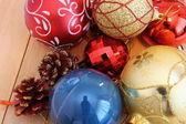 Kerstmis globes op tafel — Stockfoto