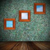 Inomhus bakgrund med ramar på väggen — Stockfoto