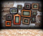 Pano de fundo interior com quadros de pintura pendurada na parede — Fotografia Stock