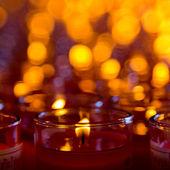 Kyrkan ljus i röd transparent ljuskronor — Stockfoto