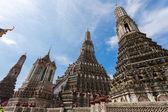 Bangkok, thailand - 10 november: många resenärer gå till wat arun — Stockfoto