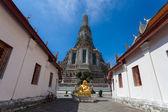 BANGKOK, THAILAND - NOVEMBER 10 : many travelers go to Wat Arun  — Stock Photo