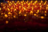 Iglesia velas en candelabros rojos transparentes — Foto de Stock