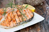 Salmon steak grilled with lemon — 图库照片