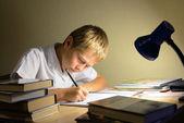 Kind leert nachts — Stockfoto