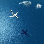 Aeroplano vola sopra un mare — Foto Stock