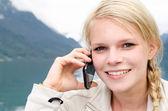 Młoda blond kobieta nazywa z jej smartphone — Zdjęcie stockowe
