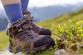 石の上のブーツを山歩き — ストック写真