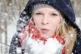 年轻的金发女人吹在为数不多的雪 — 图库照片