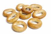 маленькие хлебные сухари кольцо на белом — Стоковое фото