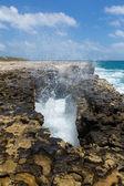 通过岩石开口大浪 — 图库照片