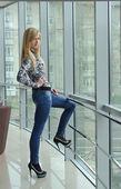 Mujer joven en la ventana — Foto de Stock