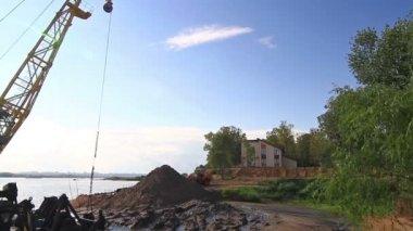 Grúa flotante cavar arena en la orilla del río — Vídeo de Stock