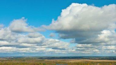 Wolken boven de vlakte — Stockvideo