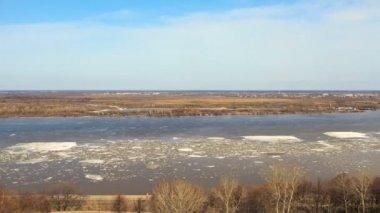 Flytande is på floden — Stockvideo