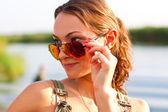 Retrato de una chica que llevaba gafas de sol al aire libre — Foto de Stock